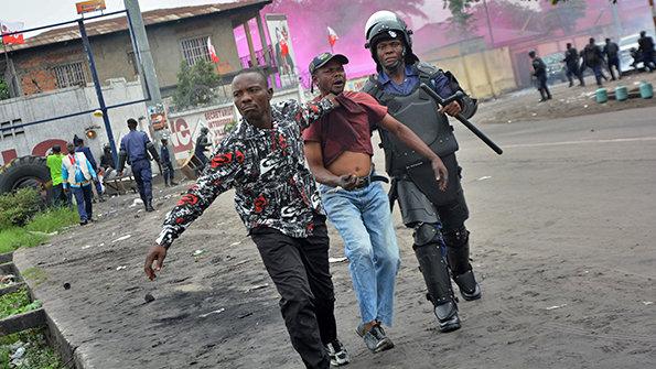 Un manifestant entraine manu militari