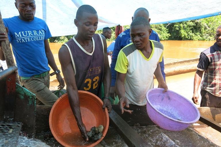 Sur une drageuse artisanale de la rivière Ulindi, à l'est du Congo, les orpailleurs séparent l'or du sable avec du mercure hautement polluant. Crédits : Désirée Ruppen, BGR