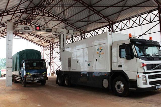 Un camion passe sous le scanner de la Rwanda Revenue Authority à la frontière entre Gatuna et Katuna. Des camions contenant les minerais rwandais trafiqués ont été saisis en Ouganda à la frontière de Katuna, transportant des minerais d'une valeur de 750 000 dollars. PHOTO | CYRIL NDEGEYA | NMG