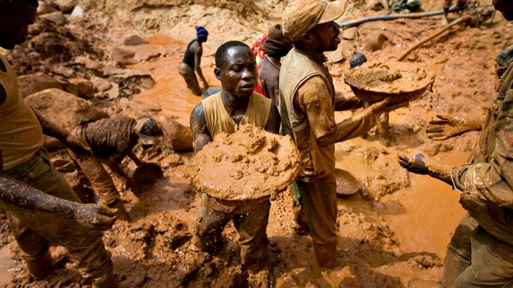 Les creuseurs d'or forment une chaîne humaine en creusant un puits ouvert à la mine Chudja dans la concession de Kilomoto près du village de Kobu, à 100 km de Bunia, au nord-est du Congo, le 23 février 2009. (Reuters)