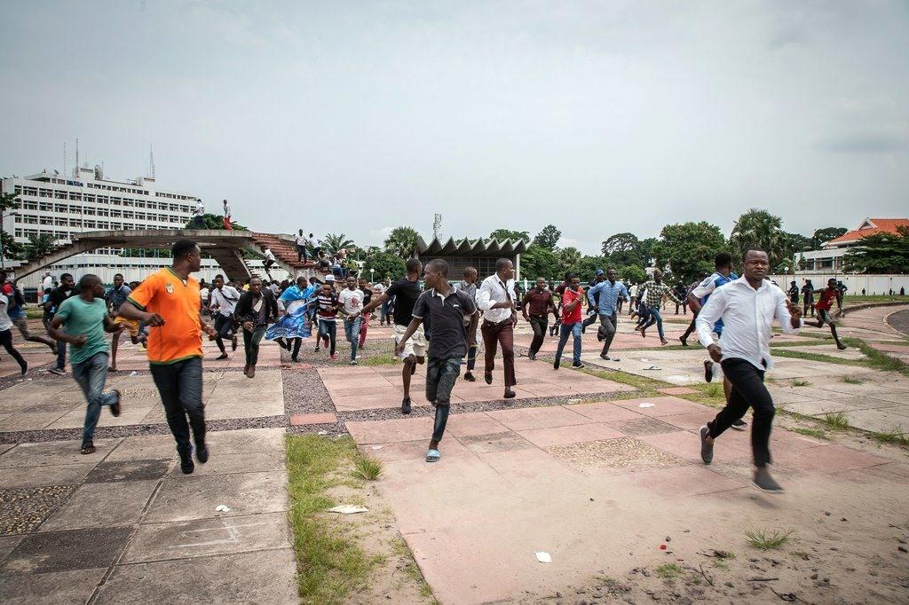 Des partisans de Martin Fayulu se sont dispersés samedi après des charges de la police à Kinshasa, en République démocratique du Congo. M. Fayulu, candidat de l'opposition à la présidentielle, conteste les résultats de la récente élection.