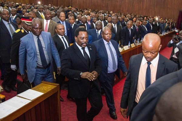 Le président Joseph Kabila, centre, avant de livrer un discours à Kinshasa en Avril.