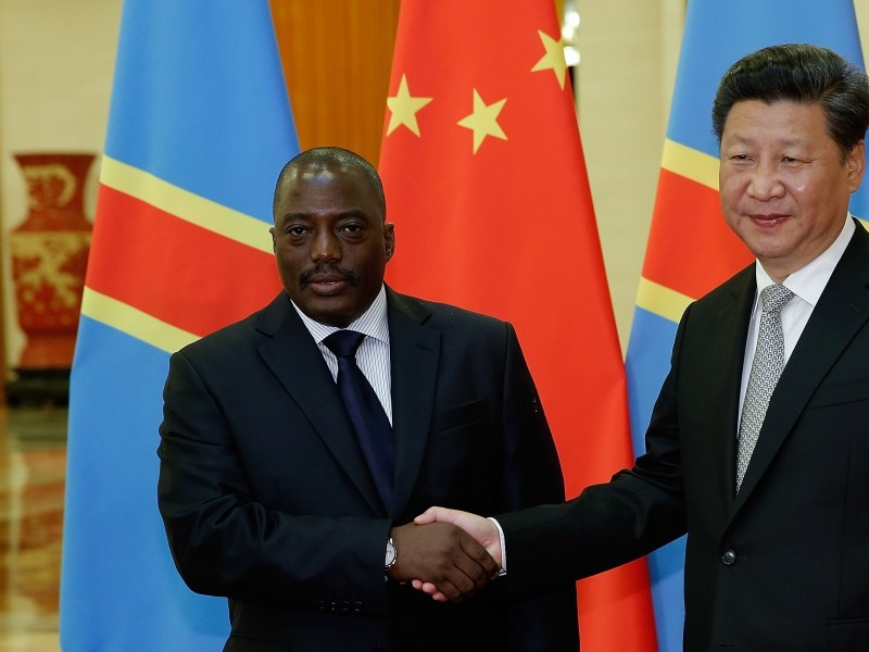 Le President de la Chine Xi Jinping salue Joseph Kabila de la  Democratic Republic of Congo a  Great Hall de Pekin le 4 Sept. 2015. (LINTAO ZHANG/AFP/Getty Images)