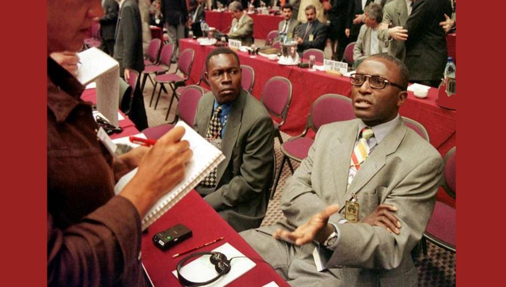 Barnabé Kikaya Bin Karubi (à droite) en août 1998, à Durban (Afrique du Sud), lorsqu'il était ambassadeur de RDC au Zimbabwe