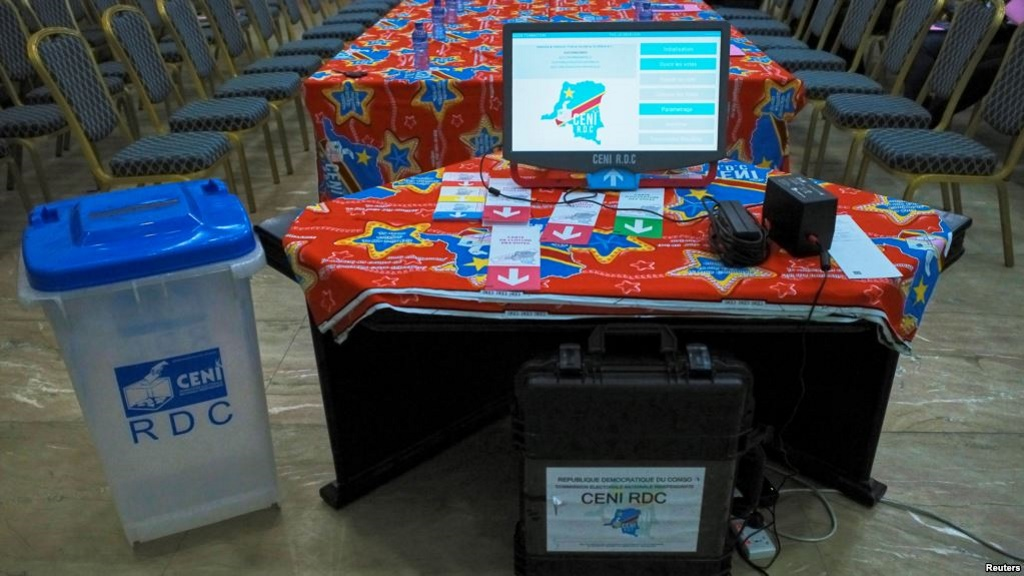 DOSSIER - Une machine de vote électronique et une urne sont visibles à l'intérieur du siège de la Commission électorale du Congo (CENI) dans la municipalité de Gombe à Kinshasa, en République démocratique du Congo, le 1er mars 2018