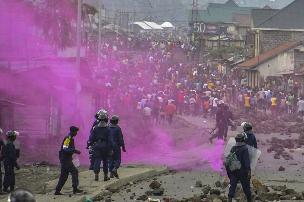 Les forces de police lancent des fusées éclairantes lors d'une manifestation au Congo le 19 septembre (Mustafa Mulopwe /AFP/Getty Images)