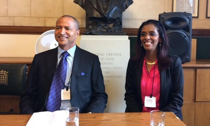 Moïse Katumbi (à gauche) avec Zeinab Badawi (à droite) parlant lors d'un événement parlementaire RAS et « Africa All Party » (Afrique Tout Parti) au Royaume-Uni. Crédit: Sheila Ruiz