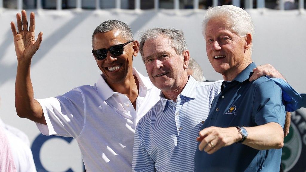 Les anciens présidents américains Barack Obama, George W. Bush et Bill Clinton assistent à la Coupe des présidents au Liberty National Golf Club le 28 septembre 2017 à Jersey City, New Jersey