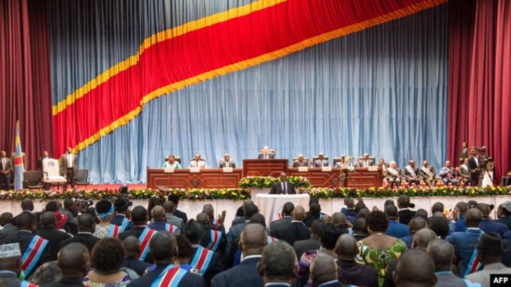 Le président congolais Joseph Kabila (C) s'exprime lors d'une session conjointe extraordinaire du parlement le lendemain de la démission du Premier ministre Augustin Matata.