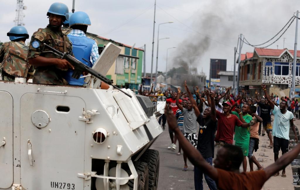 Protestations anti-Kabila en RDC :  Les résidents chantent des slogans contre Joseph Kabila pendant que les forces de maintien de la paix de l'ONU, Monusco, patrouille pendant les manifestations dans les rues de la capitale, Kinshasa le 20 décembre 2016