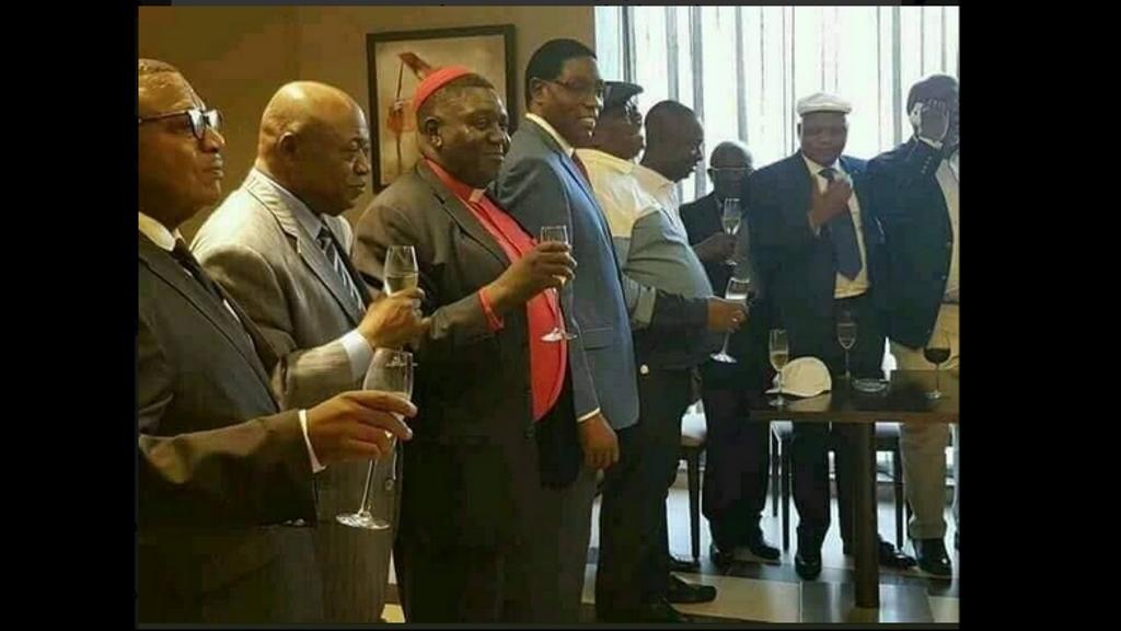 Secrétaire General de l'UDPS J-M. KABUND et AUGUSTIN KABANGU, de trinquer à la champagne avec Henri Mova (FCC), Secrétaire General du PPRD.