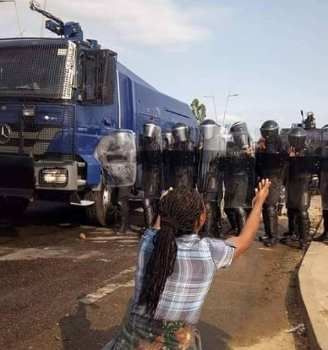 Une heroine maman Congolaise face a la garde presidentielle en tenue de policiers