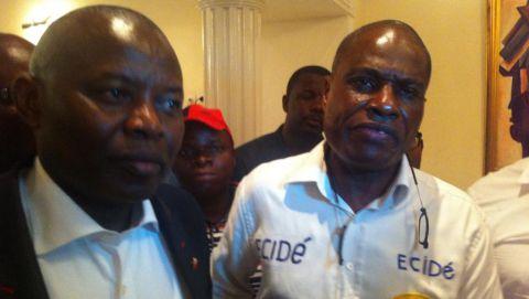 Martin Fayulu (D) après sa libération ce dimanche 14 février 2016, aux côtés de l'opposant Vital Kamerhe (G). © RFI/Sonia Rolley