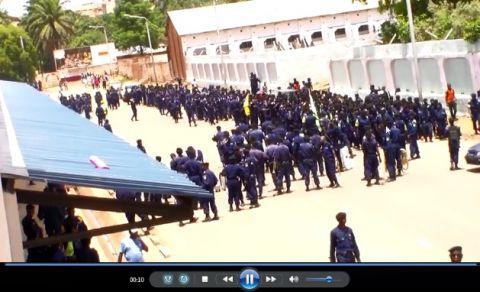Soldats en tenu de policiers bouclent le Stade Mazembe