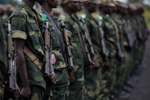 Les soldats de l'armée gouvernementale congolaise se tiennent au garde-à-vous sur une base militaire à Sake, en République démocratique du Congo.