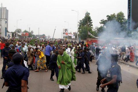 Des policiers anti-émeutes ont tiré des gaz lacrymogènes lors d'une manifestation à Kinshasa, capitale de la République démocratique du Congo, dimanche. Crédit Kenny Katombe / Reuters