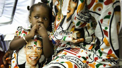 Princesse Smith, 2 ans, est assise avec son père Francis le 11 juillet 2009 alors qu'ils attendent l'arrivée du président Barack Obama à Accra